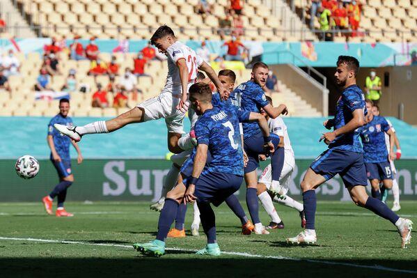 Игровой момент матча Словакия - Испания