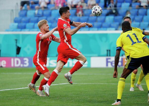 Нападающий сборной Польши Роберт Левандовски (в центре)
