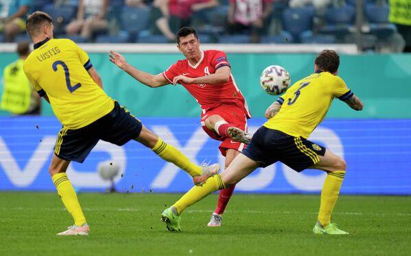 Нападающий сборной Польши Роберт Левандовски (в центре) и защитники сборной Швеции Микаэль Лустиг (слева) и Виктор Линделеф