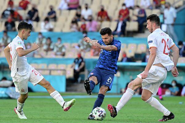 Нападающий сборной Словакии Михал Дюриш (в центре)