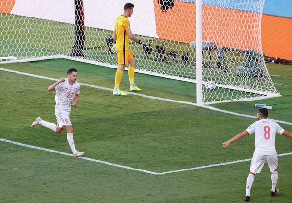 Футболисты сборной Испании Пабло Сарабия и Коке радуются голу