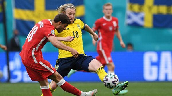 Защитник сборной Польши Бартош Берешиньски (слева) и нападающий сборной Швеции Эмиль Форсберг