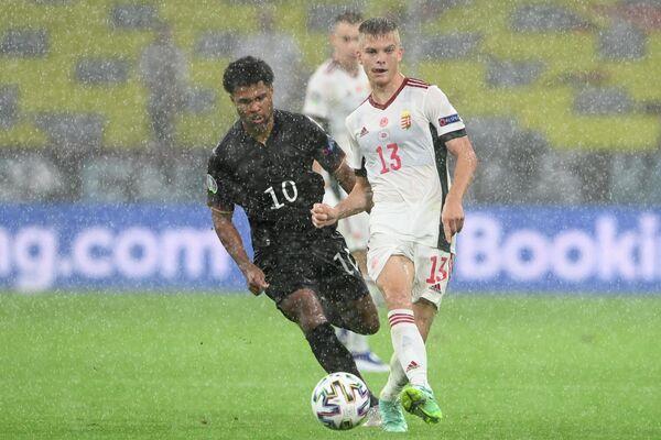 Нападающий сборной Германии Серж Гнабри и полузащитник сборной Венгрии Ондраш Шефер (справа)