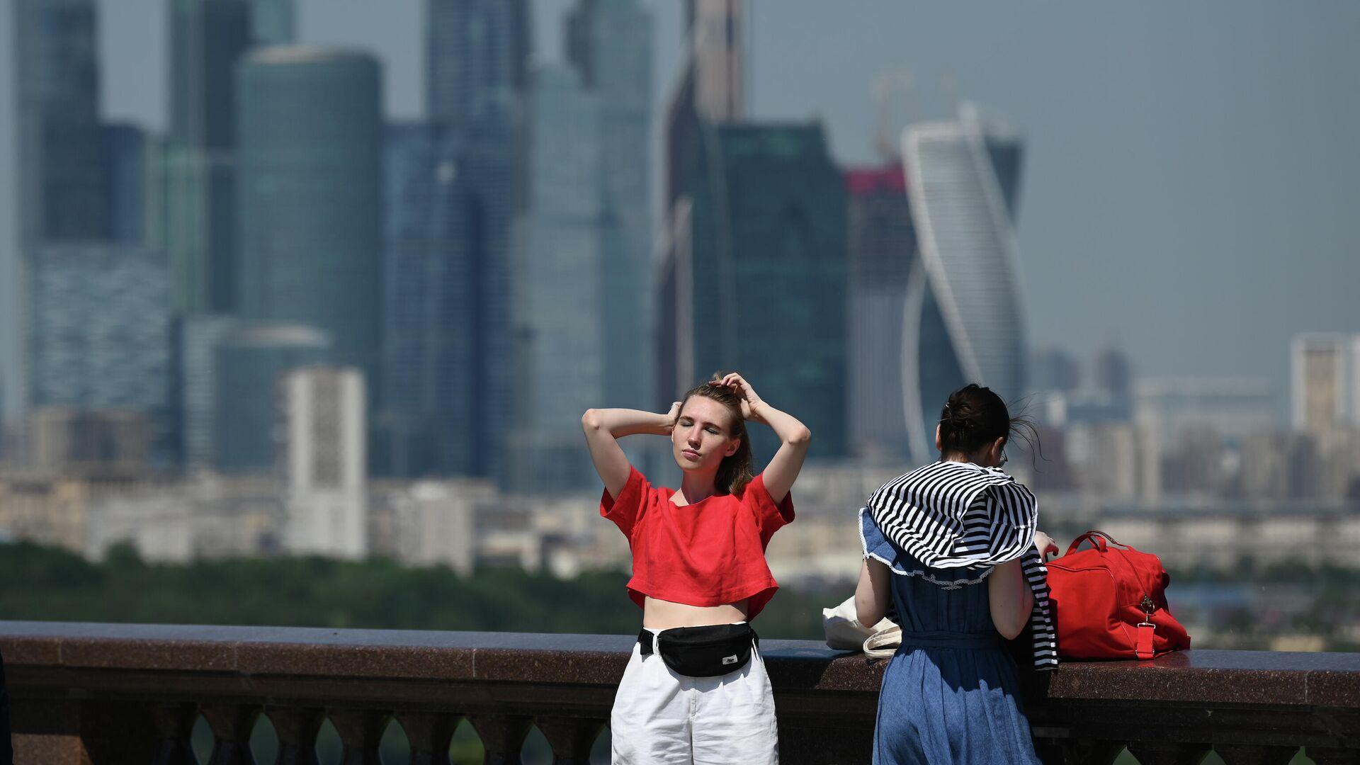 Девушки в жаркую погоду на Воробьёвской набережной - РИА Новости, 1920, 24.06.2021