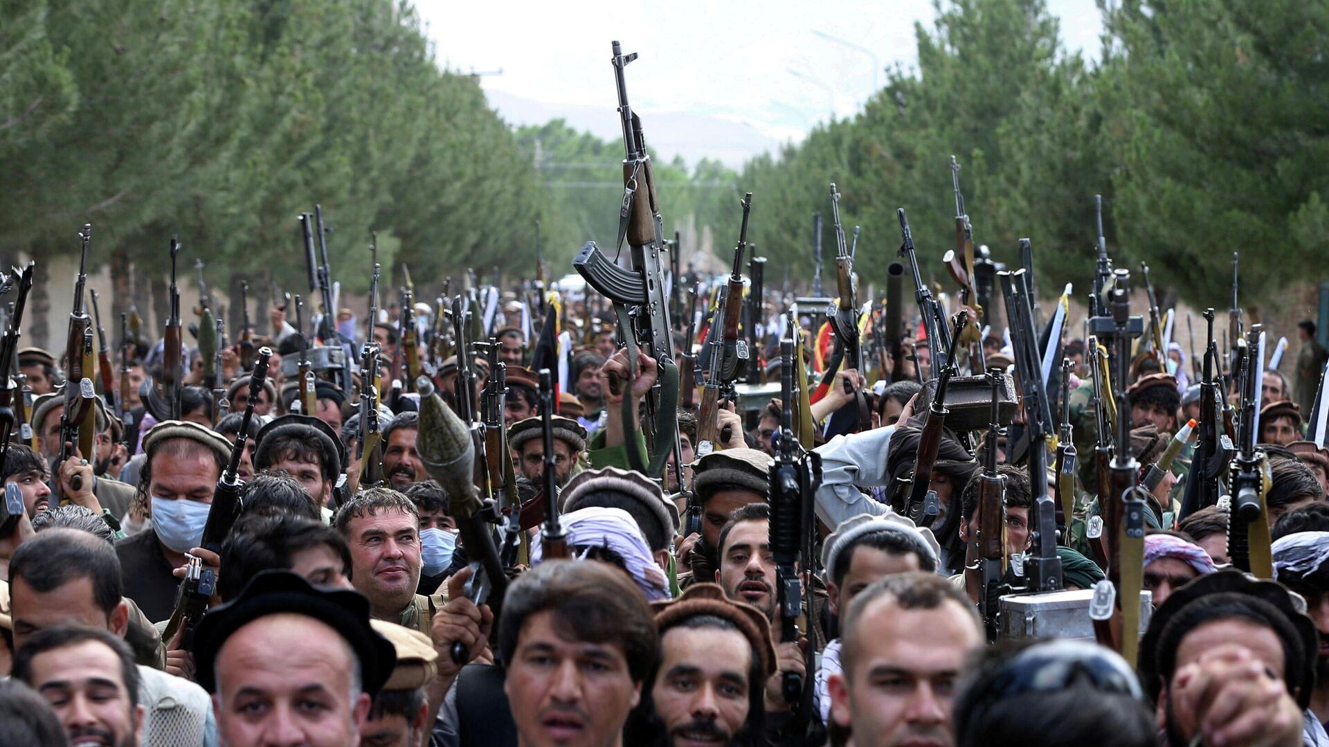 Вооруженные люди во время митинга в Кабуле - РИА Новости, 1920, 02.07.2021
