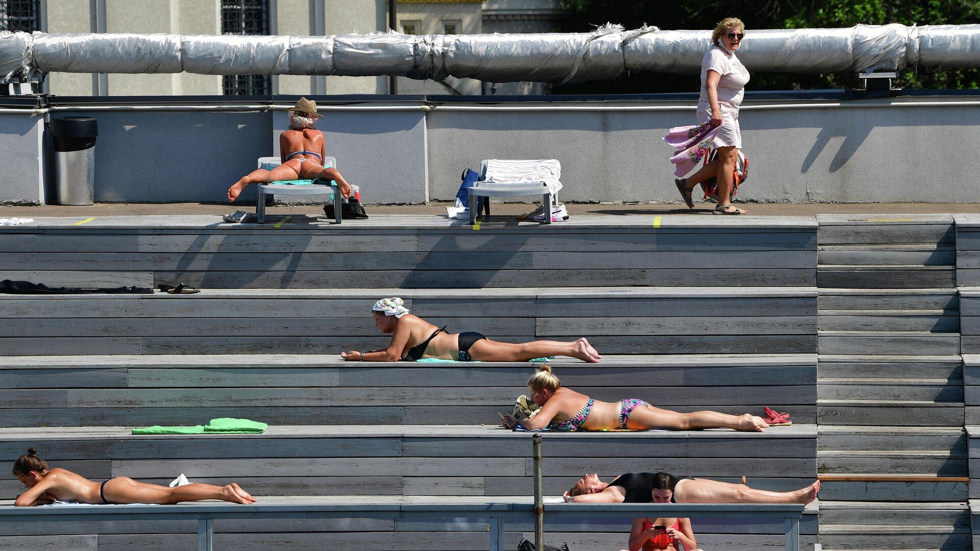 Посетители в бассейне Чайка в Москве в жаркий день - РИА Новости, 1920, 27.06.2021