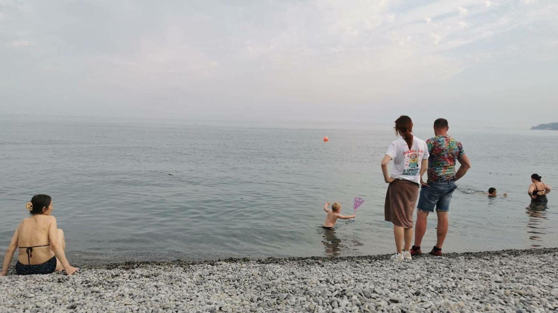 Отдыхающие в Ялте купаются в море, несмотря на запрет после наводнения - РИА Новости, 1920, 28.06.2021