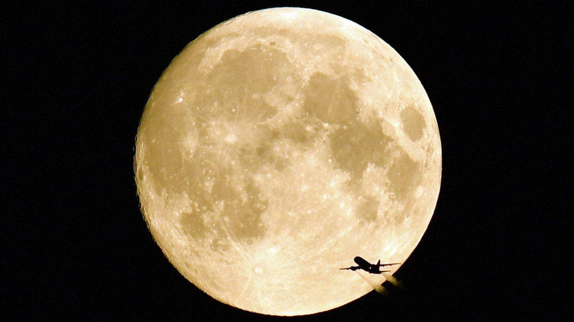 Летящий самолет на фоне полной Луны - РИА Новости, 1920, 15.09.2021