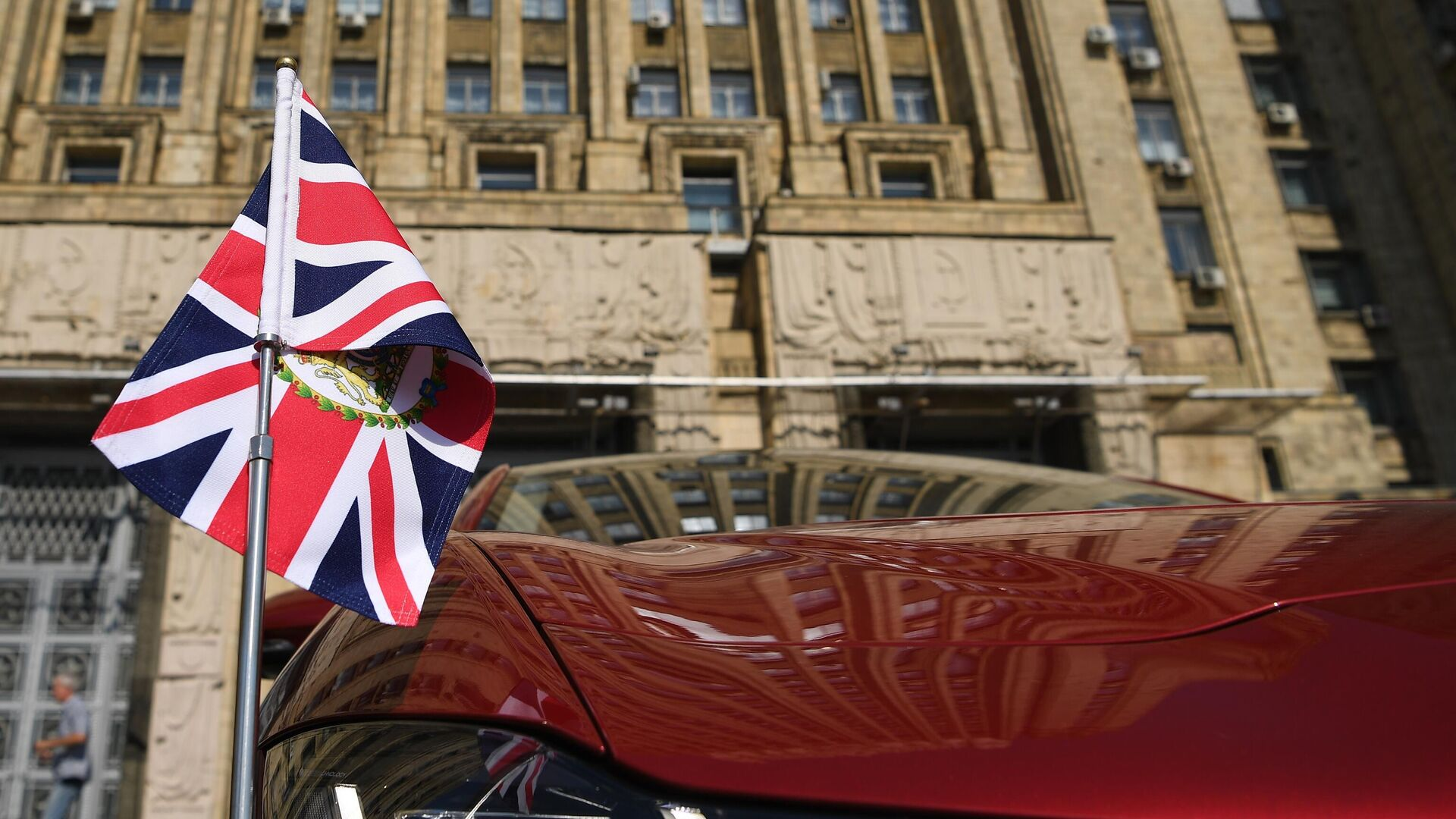 Автомобиль чрезвычайного и полномочного посла Великобритании Деборы Броннерт у здания МИД России - РИА Новости, 1920, 07.07.2021