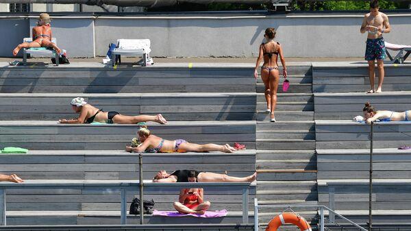 Посетители в бассейне Чайка в Москве в жаркий день