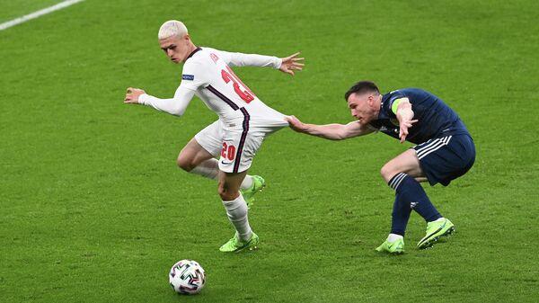 Фил Фоден и Эндрю Робертсон во время матча между Англией и Шотландией на Евро 2020
