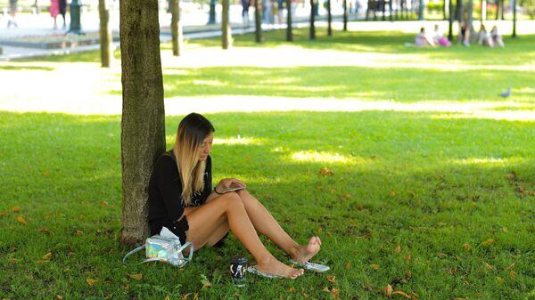 Девушка в жаркую погоду в Александровском саду в Москве