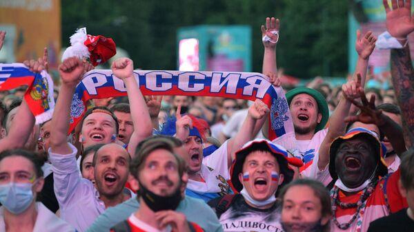 Болельщики смотрят трансляцию матча Чемпионата Европы по футболу в фан-зоне на Конюшенной площади в Санкт-Петербурге.
