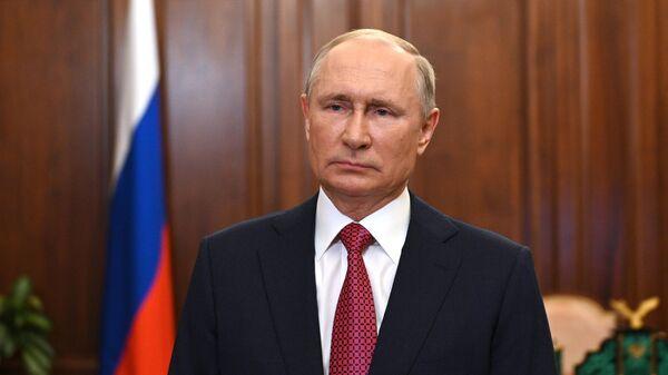 Президент РФ Владимир Путин во время видеообращения к выпускникам школ