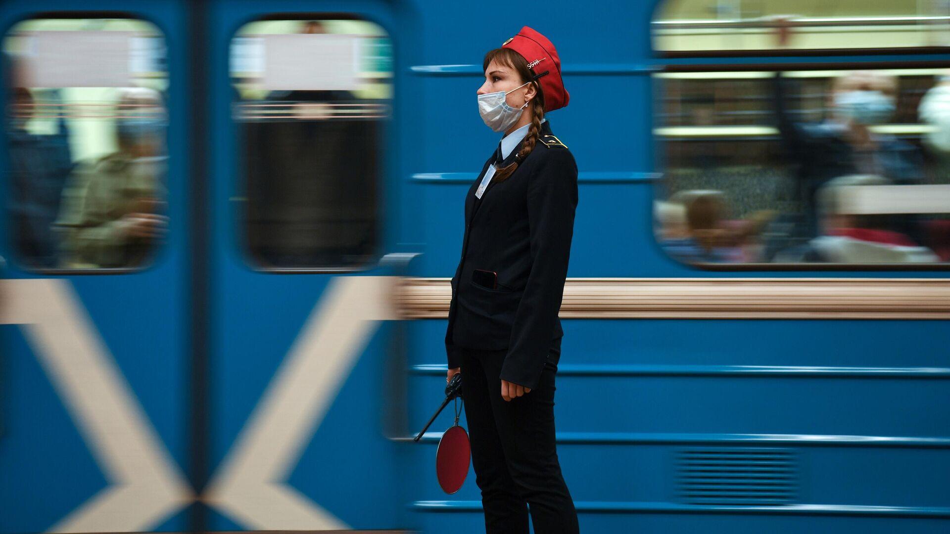 Сотрудница Новосибирского метрополитена в защитной маске  - РИА Новости, 1920, 03.10.2021