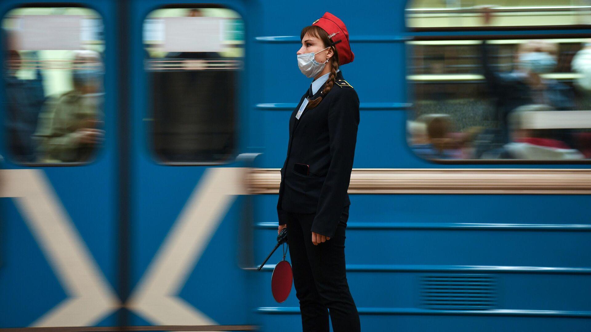 Сотрудница Новосибирского метрополитена в защитной маске  - РИА Новости, 1920, 25.06.2021