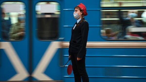Сотрудница Новосибирского метрополитена в защитной маске