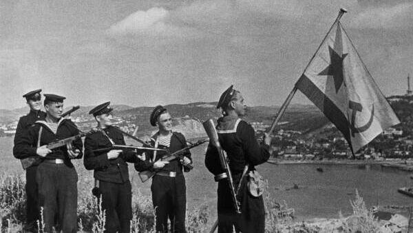Советские морские пехотинцы в Порт-Артуре в октябре 1945 г.
