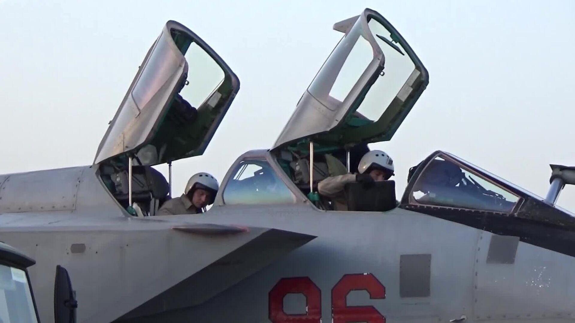 Лётчики истребителя-перехватчика МиГ-31К с гиперзвуковыми ракетами Кинжал перед вылетом в Сирию - РИА Новости, 1920, 28.06.2021
