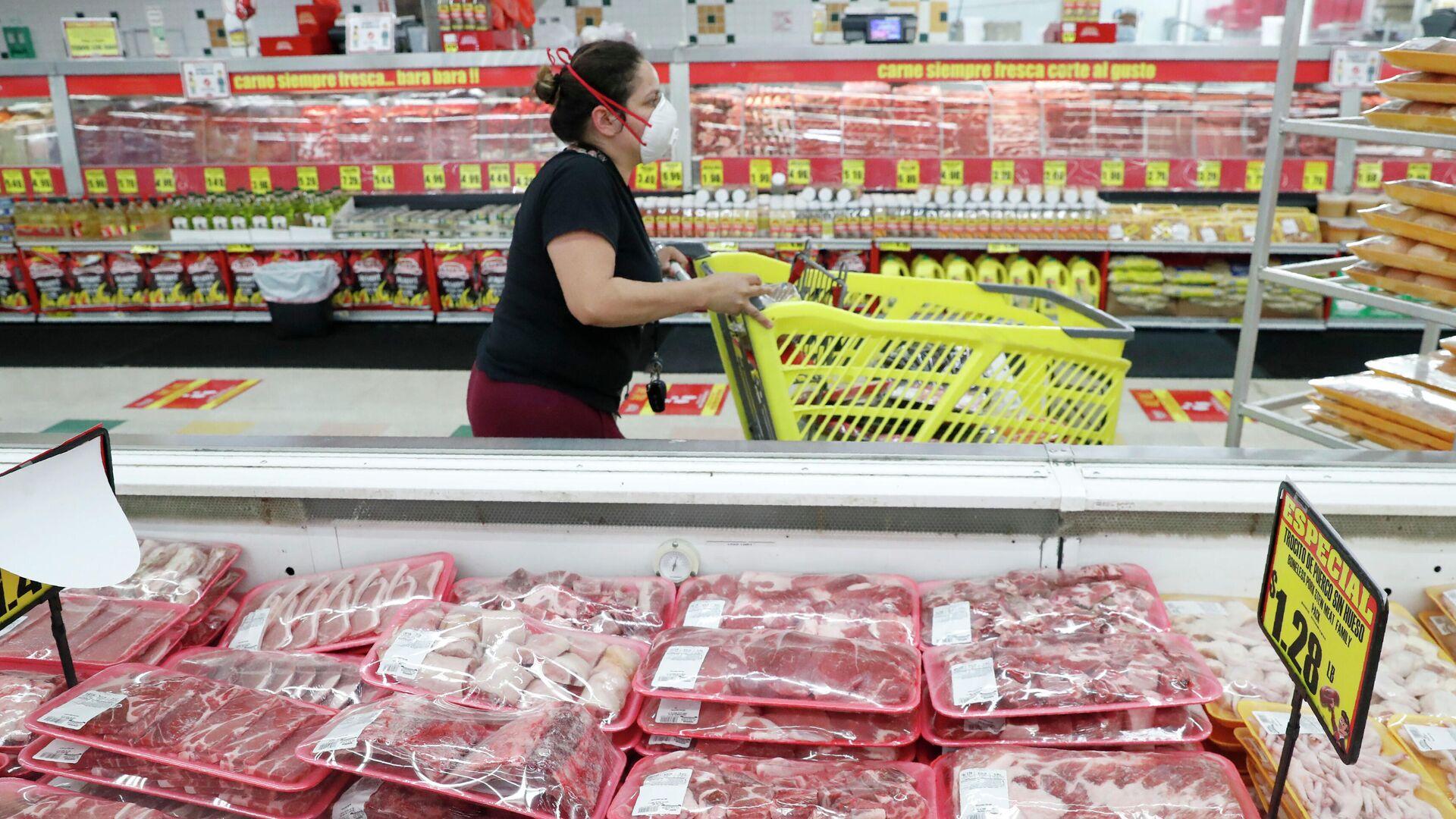 Покупательница в маске проходит через мясные ряды в продуктовом магазине - РИА Новости, 1920, 04.08.2021