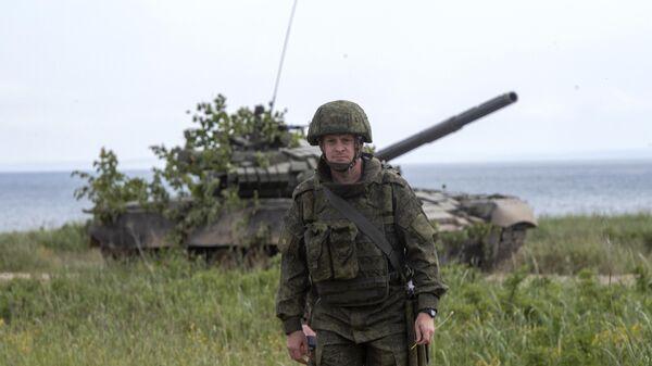 Военнослужащий во время учений на острове Сахалин