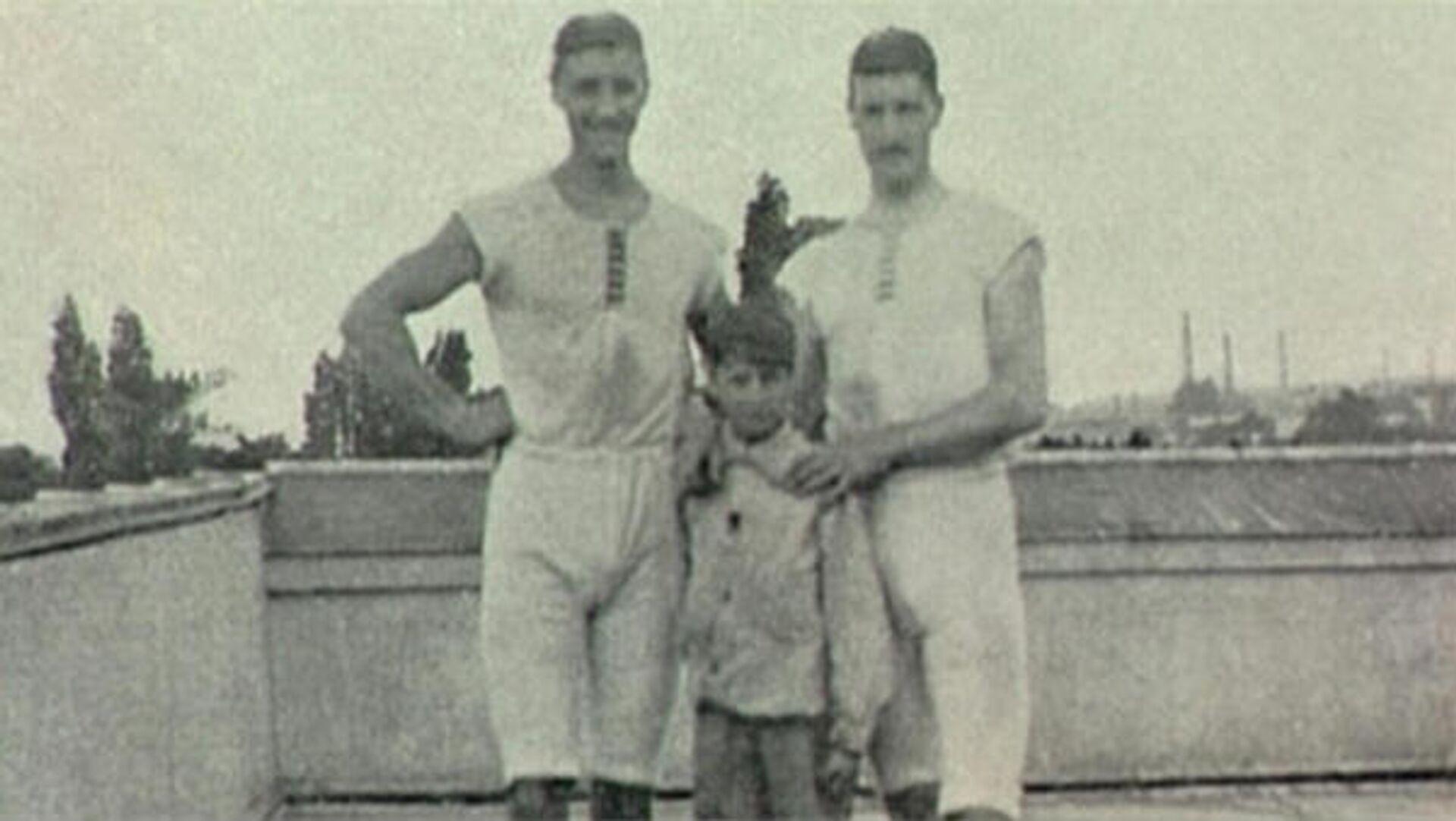 Голландские гребцы Франсуа Брандт и Рулоф Клейн с неизвестным мальчиком - РИА Новости, 1920, 14.05.2020