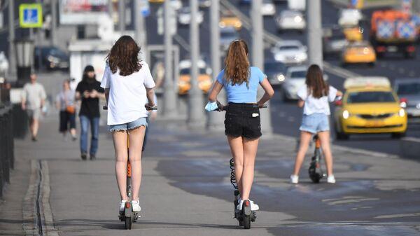 Девушки катаются на электросамокате