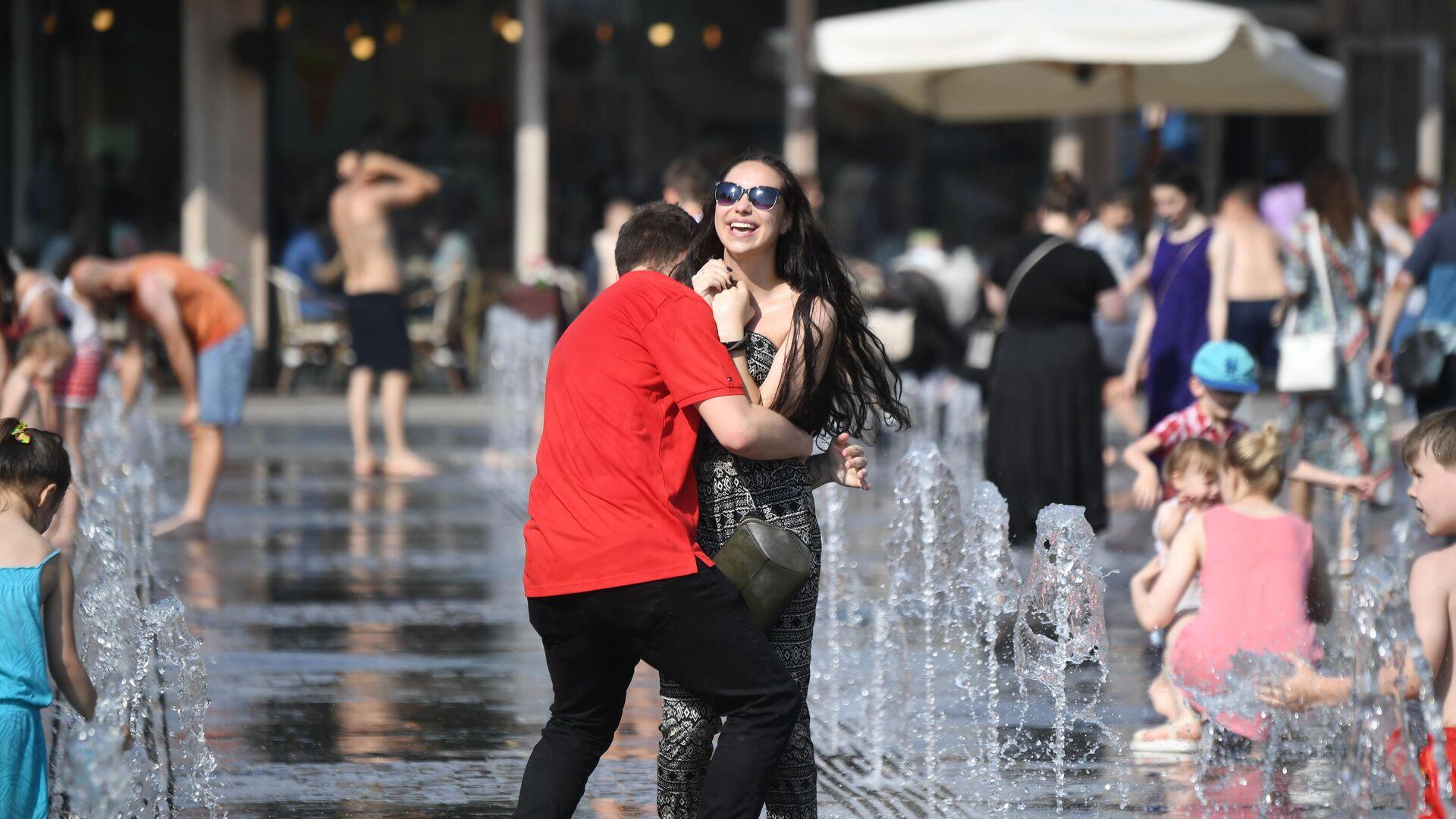Молодые люди в жаркую погоду гуляют в фонтанах в ЦПКиО имени Горького в Москве - РИА Новости, 1920, 18.08.2021