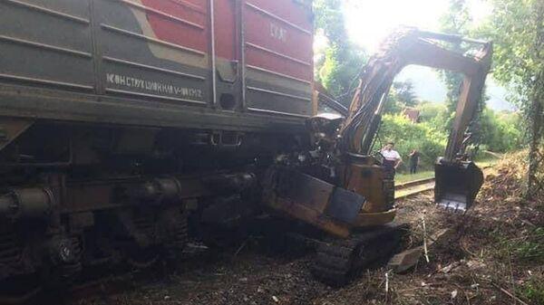 Скорый поезд Москва – Сухум столкнулся в Гагре с трактором
