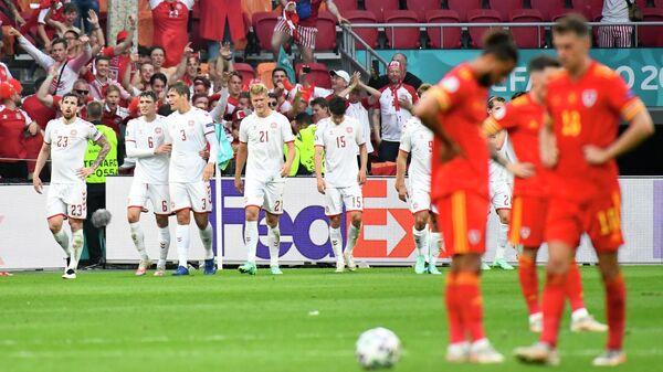 Сборная Дании радуется забитому мячу