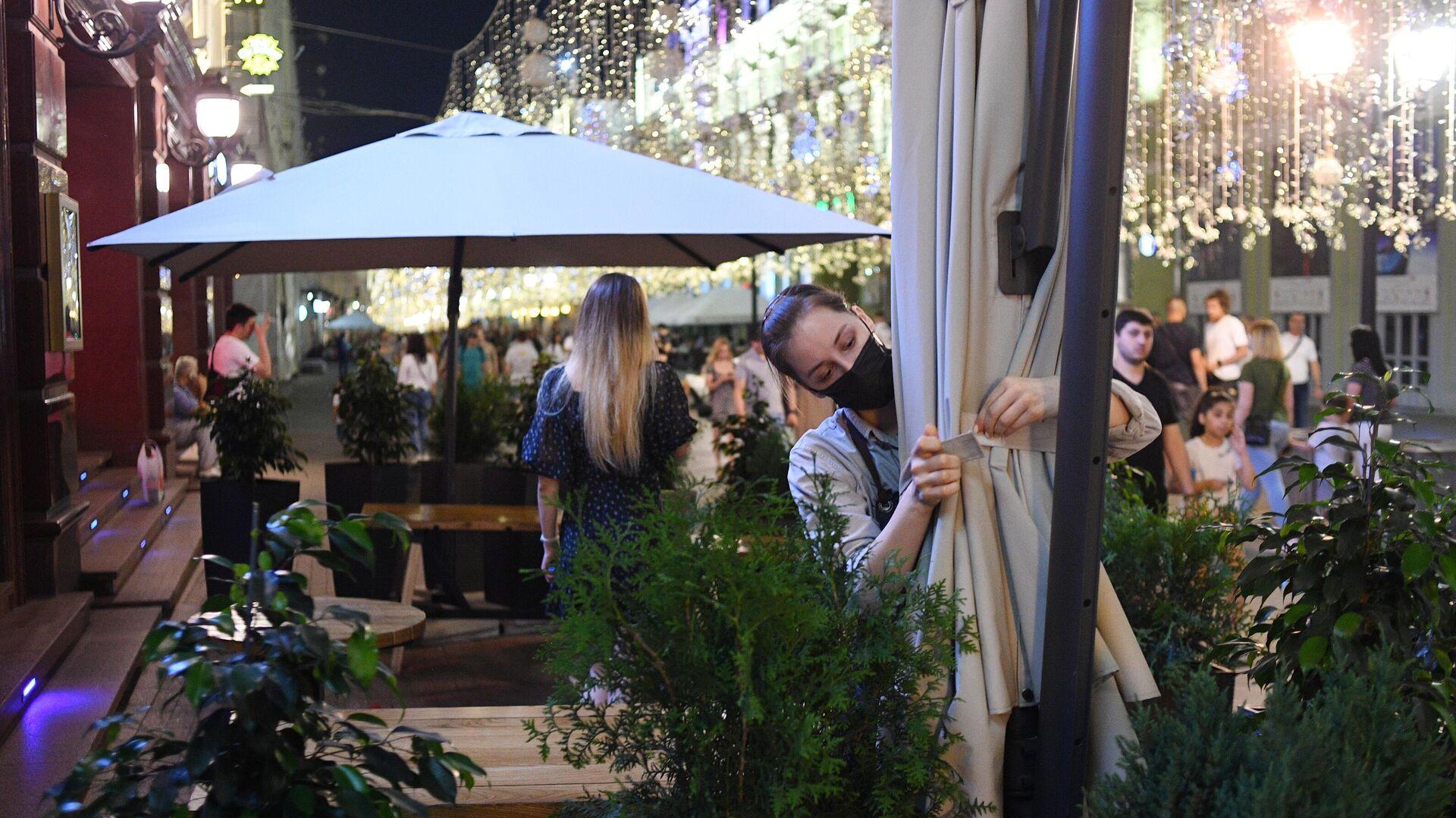 Сотрудница во время закрытия одного из ресторанов на Никольской улице в Москве - РИА Новости, 1920, 28.06.2021