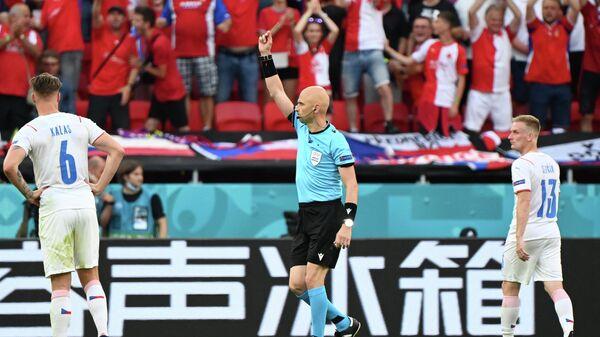 Сергей Карасев показывает красную карточку защитнику сборной Нидерландов Маттейсу де Лигту