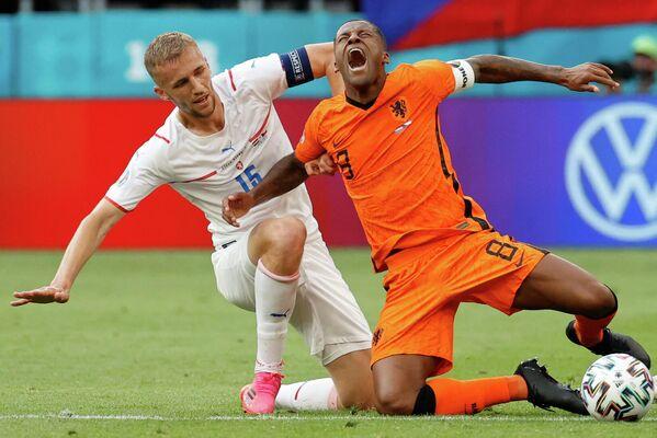 Полузащитник сборной Чехии Томаш Соучек (слева) и полузащитник сборной Нидерландов Джорджинио Вейналдум