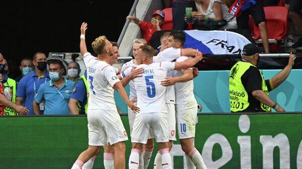 Футболисты сборной Чехии радуются забитому мячу