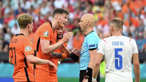 Российский футбольный арбитр Сергей Карасев на матче Нидерланды - Чехия на ЕВРО-2020