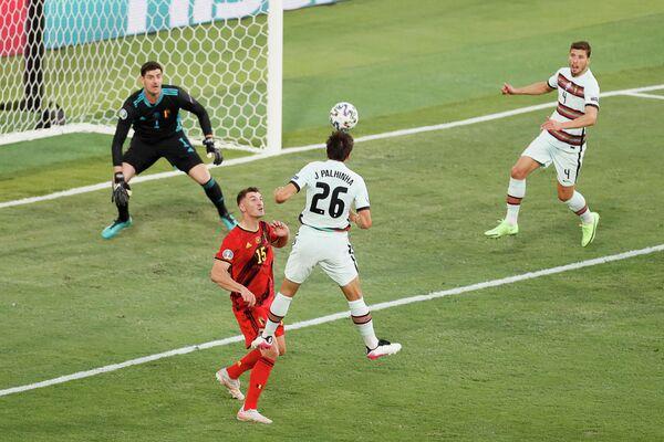Полузащитник сборной Португалии Жоау Пальинья (в центре)
