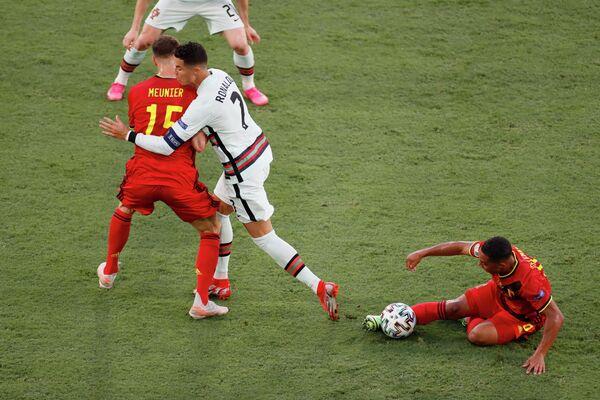 Полузащитник сборной Бельгии Юри Тилеманс, нападающий сборной Португалии Криштиану Роналду и защитник сборной Бельгии Тома Менье (справа налево)