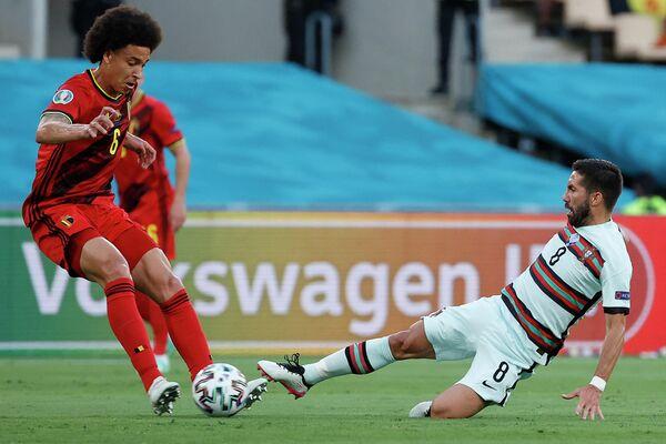 Полузащитник сборной Бельгии Аксель Витсель (слева) и хавбек сборной Португалии Жоау Моутинью