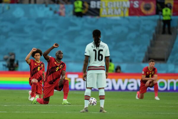 Футболисты сборной Бельгии участвую в акции в поддержку борьбы с расизмом