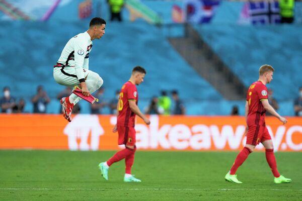 Нападающий сборной Португалии Криштиану Роналду (слева)