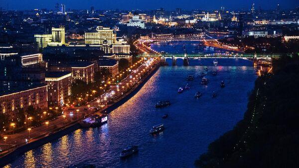 Вид на Пушкинский мост и прогулочные суда в акватории Москвы-реки