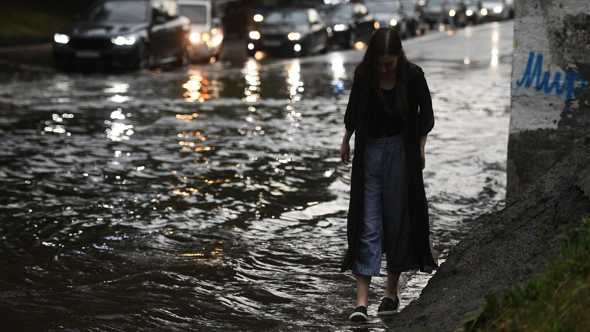 Девушка идет по одной из улиц в Москве во время дождя - РИА Новости, 1920, 18.09.2021