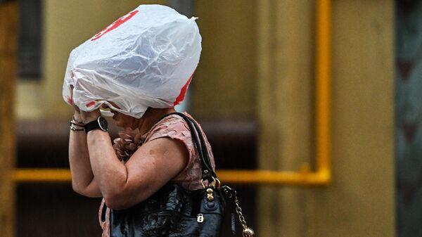 Женщина на одной из улиц в Москве во время дождя
