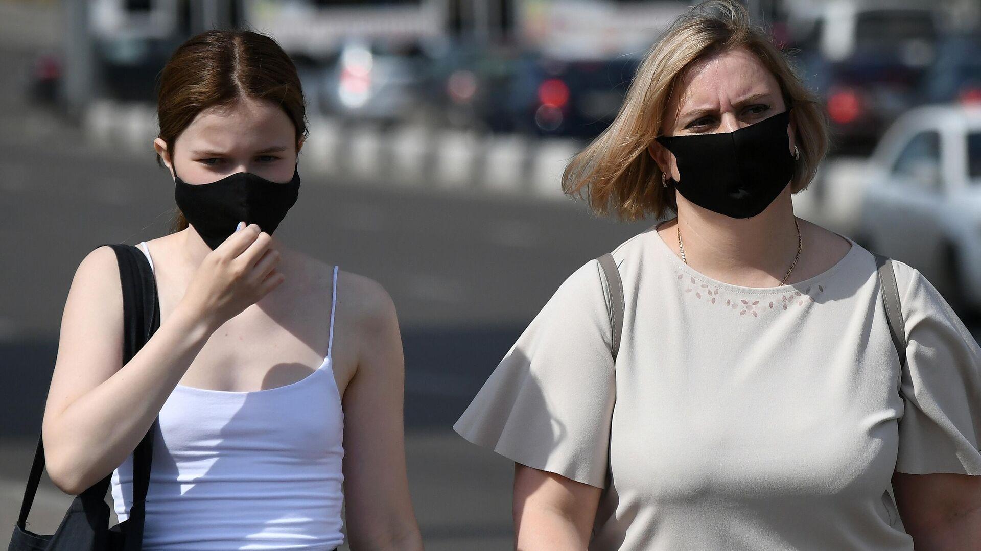 Прохожие в защитных масках на улице в центре Красноярска - РИА Новости, 1920, 11.07.2021