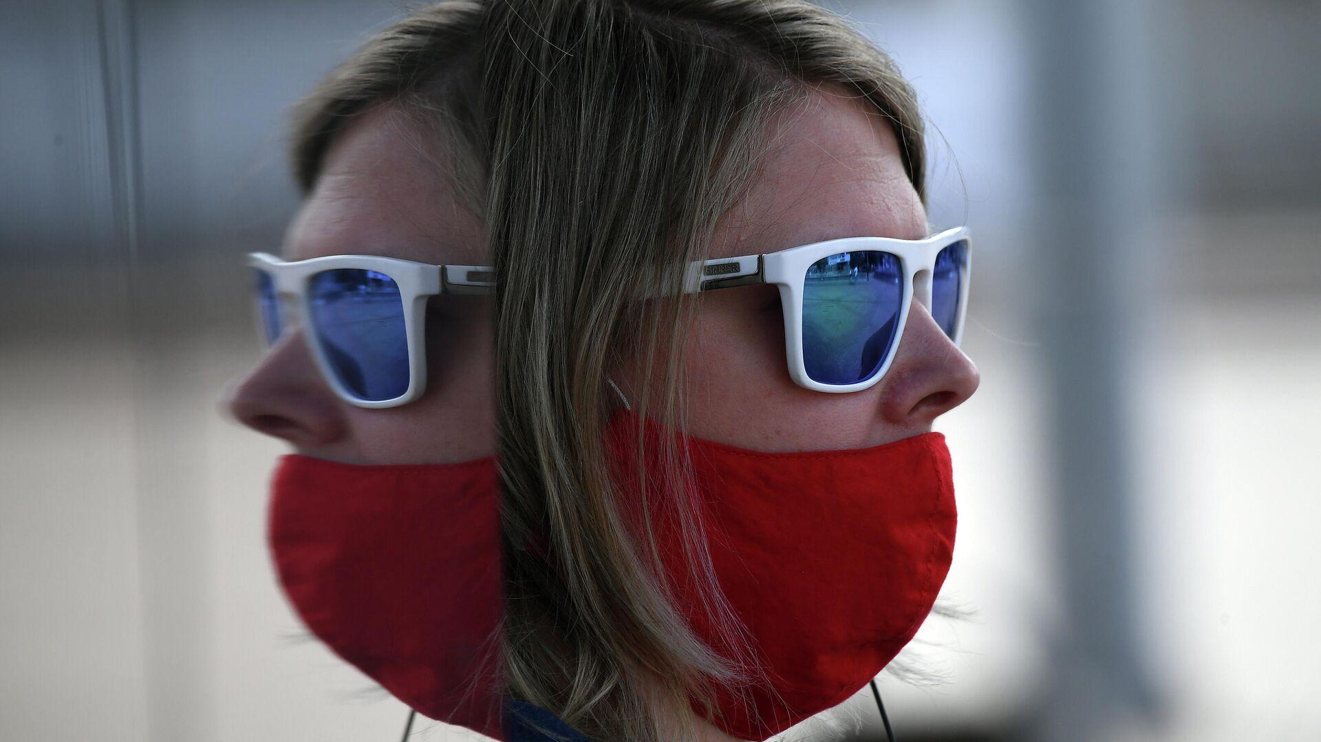 Девушка в защитной маске на улице в центре Красноярска - РИА Новости, 1920, 12.09.2021