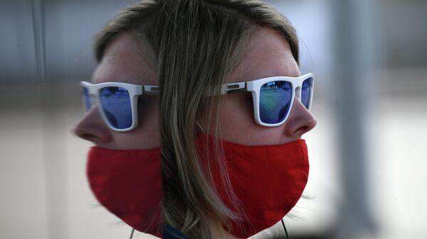 Девушка в защитной маске на улице