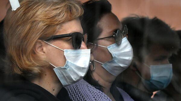 Пассажиры городского автобуса в защитных масках в центре Красноярска