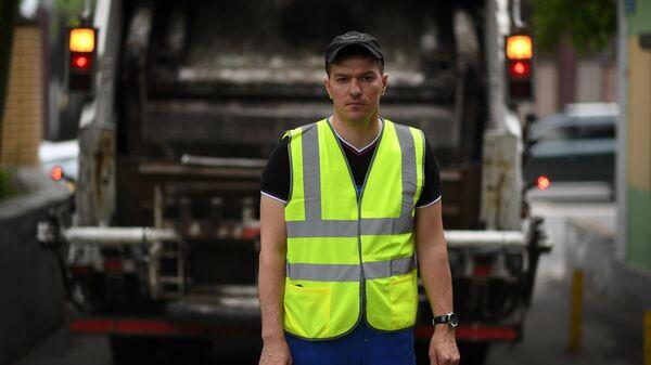 Сотрудник коммунальных служб на Малой Бронной улице в Москве
