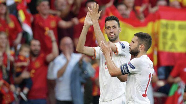 Футболисты сборной Испании Серхио Бускетс (слева) и Жорди Альба