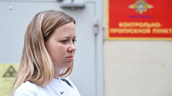 Журналистка издания Проект Мария Жолобова у отдела МВД по Хорошевскому району города Москвы